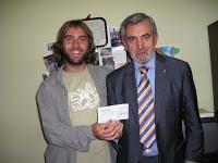 Javier González haciendo una donación a ALIN.