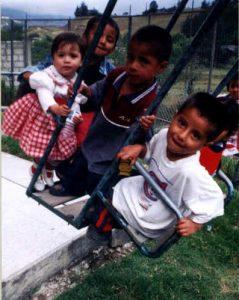 Niños del Albergue de Loja jugando en un parque cercano.