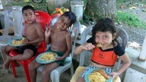Algunos de nuestros ahijados durante la comida.